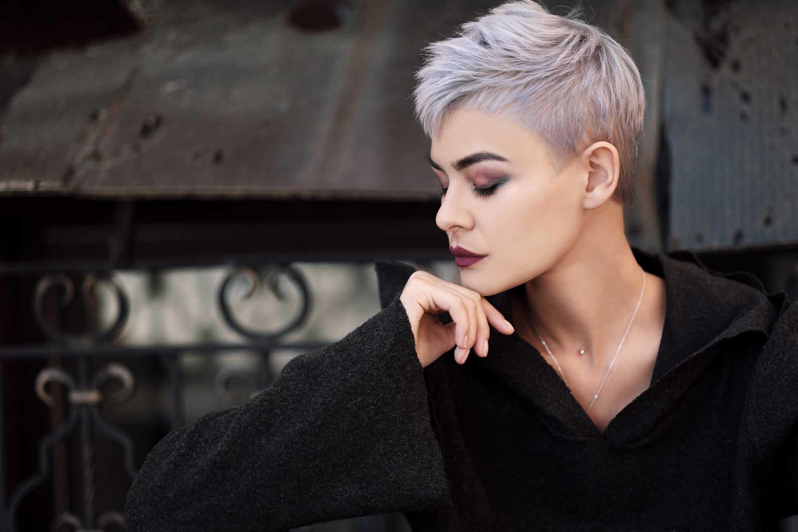 Mujer joven con pelo corto canoso
