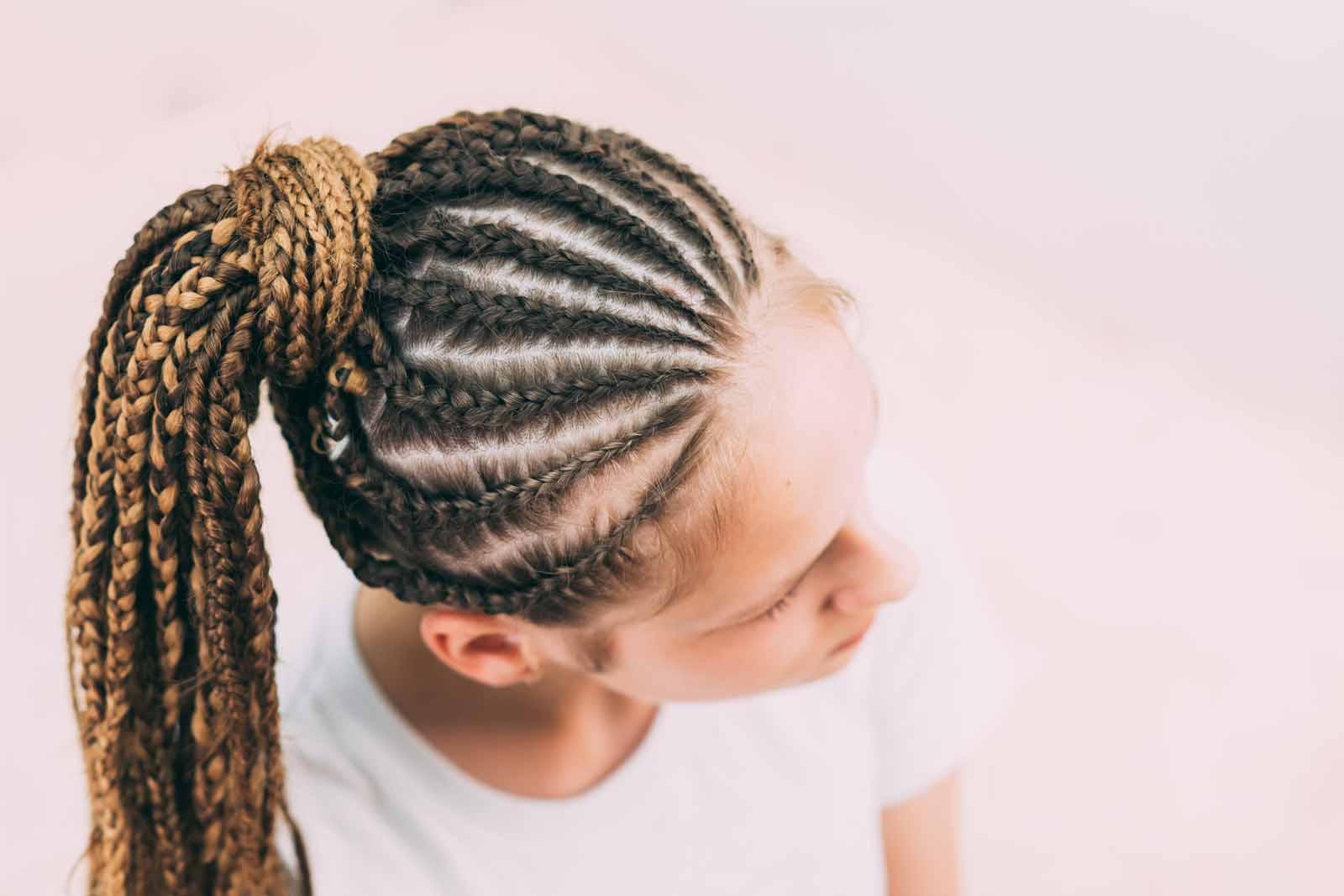 Mujer con peinado con trenzas de raíz africanas