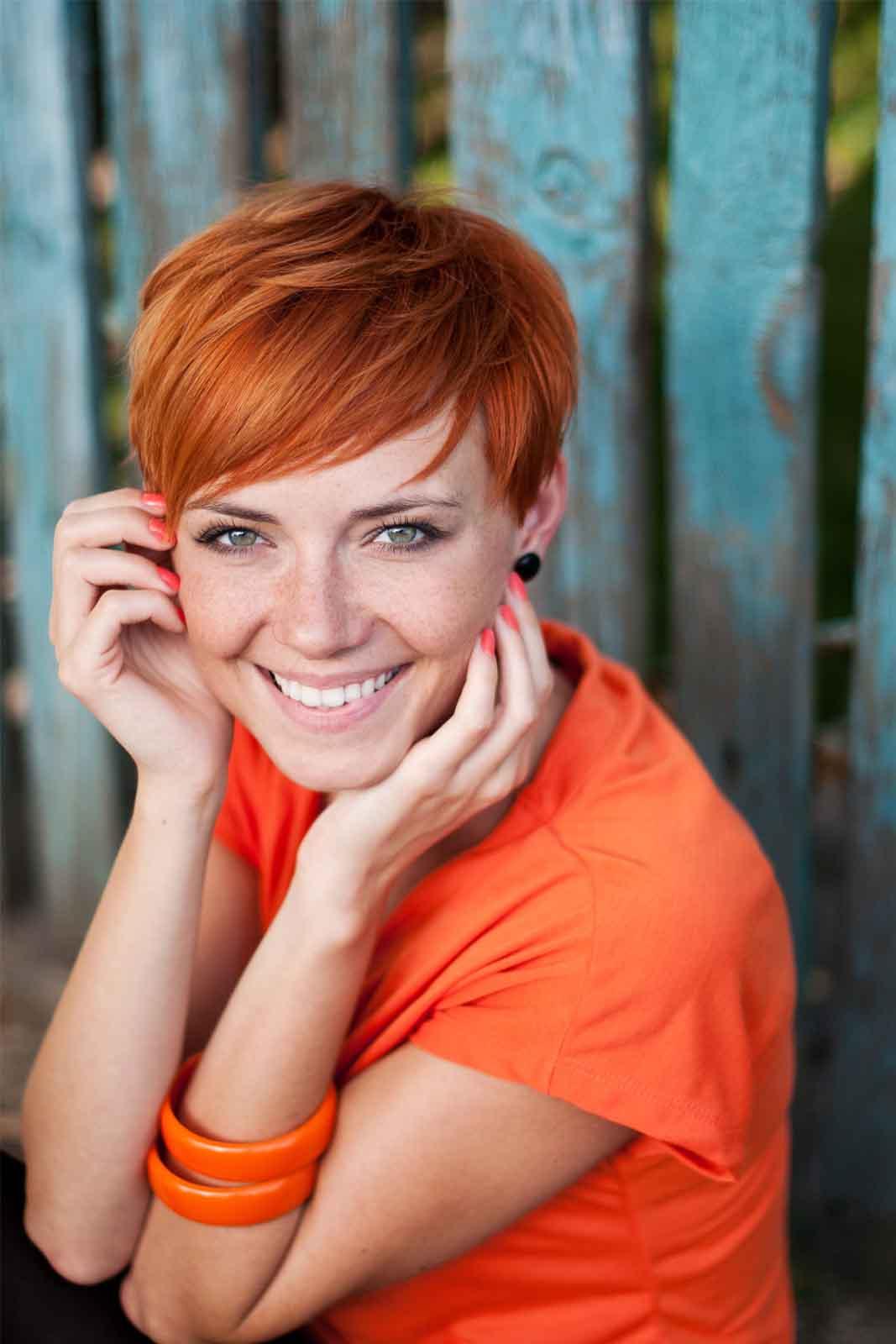 Mujer de pelo corto estilo pixie y cara redonda